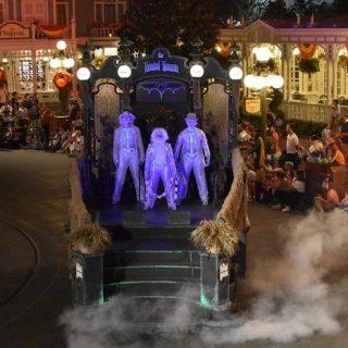 hitchhiking ghosts disney halloween parade